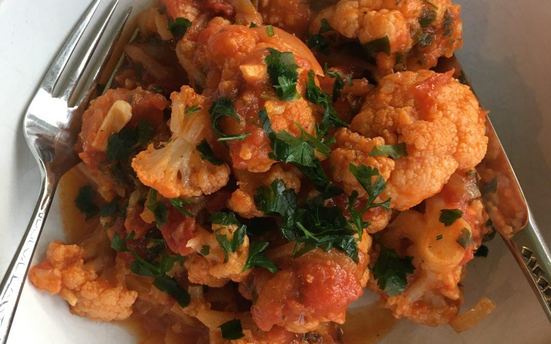Kounoupidi Kokkinisto (Greek Cauliflower in Tomato Sauce)